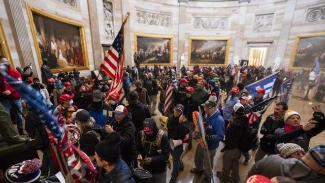 أنصار ترامب يقتحمون مقر الكونغرس الأمريكي وفرض حظر التجوال في واشنطن
