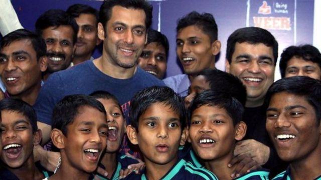 Salman Khan au milieu d'un groupe de fans