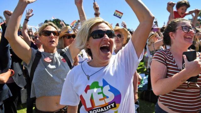シドニー市内の公園に集まった同性婚支持派の人々は投票結果に歓声を上げた(15日)