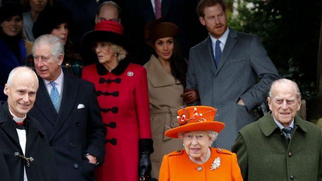 Ratu Elizabeth dan Pangeran Philip setelah kebaktian Natal Senin (25/12).
