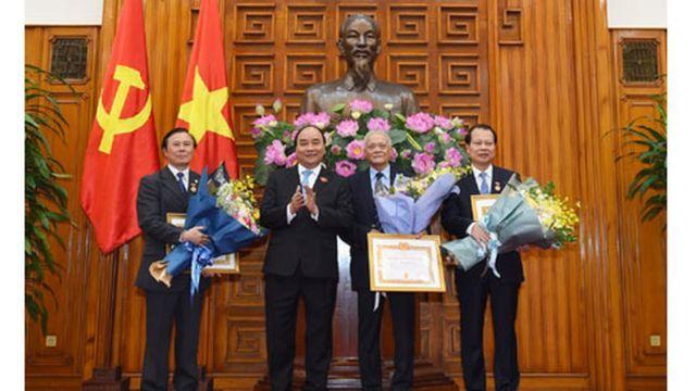 Thủ tướng Nguyễn Xuân Phúc trao Huy hiệu 50 năm, 45 năm và 30 năm tuổi Đảng cho các ông Trần Quốc Toản, Đoàn Mạnh Giao và Vũ Văn Ninh