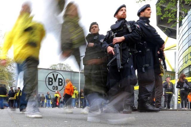 Policiais no estádio