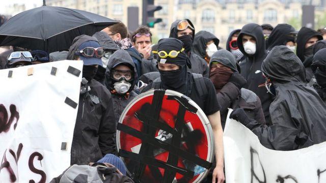 法國早前收緊《反蒙面法》,但暴力示威浪潮持續,當地示威者也無視禁令,繼續戴上面罩示威。