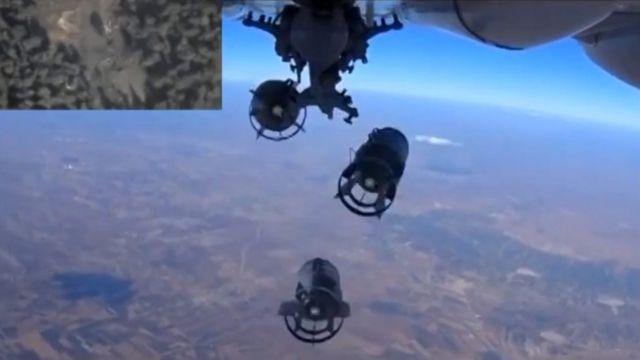 ロシア国防省が5日に公開した同国空軍機によるシリア空爆の写真(写真左上は爆撃地点)