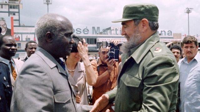 Perezida Kenneth Kaunda (L) yakirwa na Perezida Fidel Castro i Havana, Cuba.