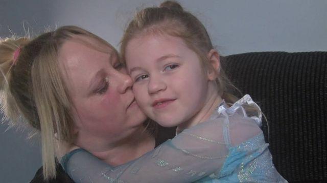 Clare beija sua filha Sophie