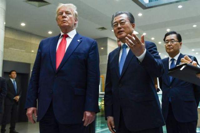 米朝首脳会談後に記者団の前に成果を強調するトランプ氏と文氏