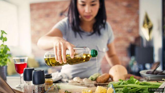 Une femme verse de l'huile