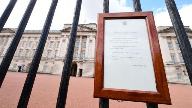 Anuncio de la muerte del príncipe Felipe a las afueras del palacio de Buckingham