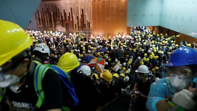 Сотні людей зайшли до будівлі парламенту
