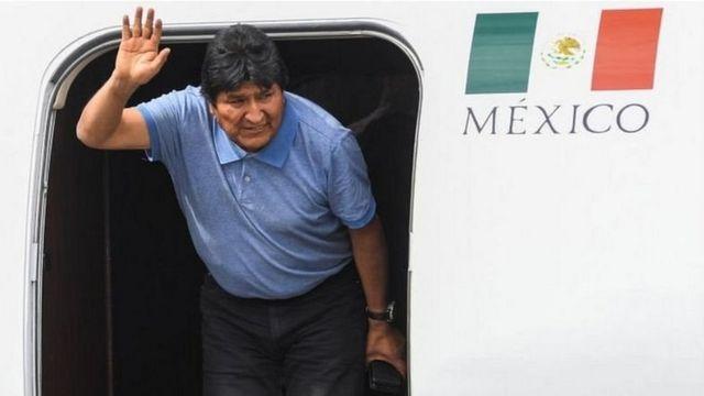 Morales en avión mexicano