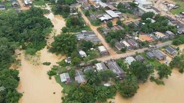 Muitos moradores tiveram de deixar suas casas após locais serem atingidos pelas enchentes
