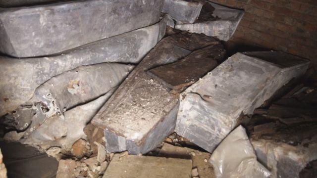 Гробы, обнаруженные в склепе
