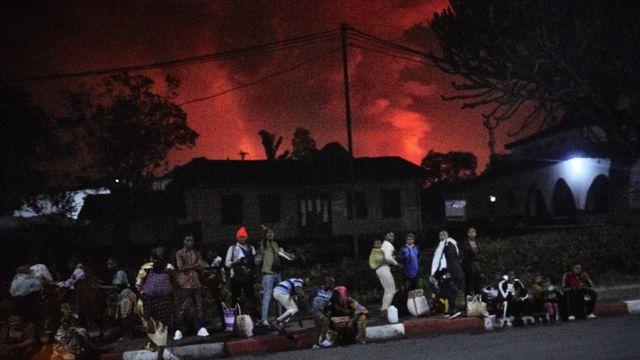 Residente congoleños huyendo de sus casas