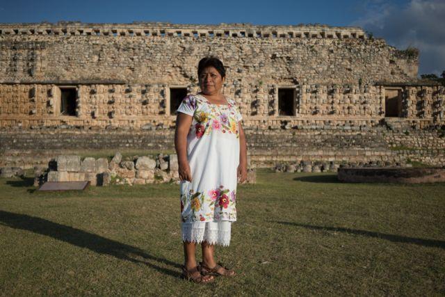 Leydy Pech frente a unas ruinas mayas