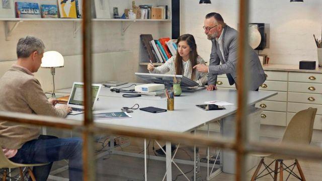 موظفون في أحد مكاتب العمل