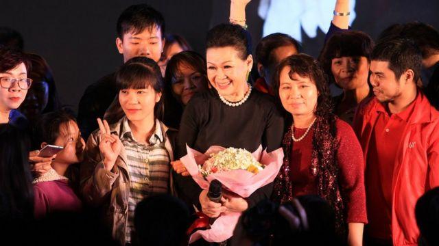 2. Khánh Ly biểu diễn và giao lưu tại ĐH Văn Hóa Hà Nội, tháng 4/2016.