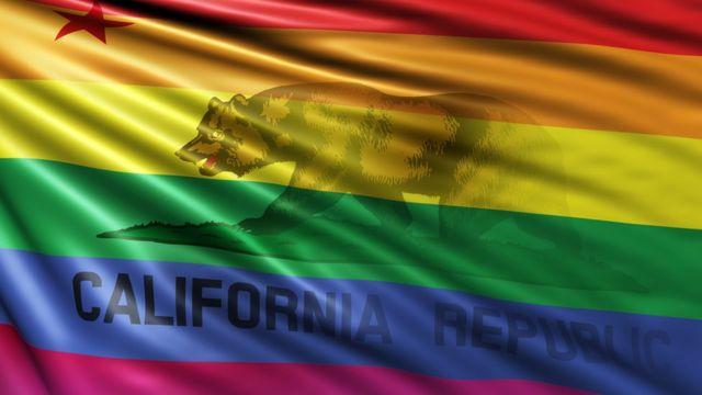 La bandera del estado de California intervenida con la bandera que identifica a la comunidad LGBTI