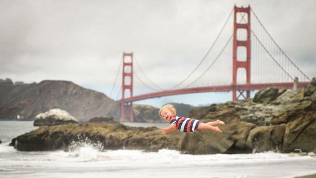 Wil en el aire con un puente de fondo
