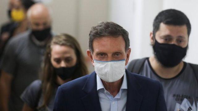 O prefeito do Rio de Janeiro, Marcelo Crivella, é escoltado por policiais após ser detido, em 22 de dezembro de 2020