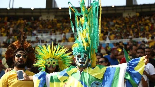 Torcedores assistem à equipe feminina de futebol contra a Suécia no Maracanã