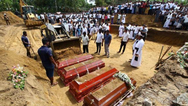 دفن قتلى تفجيرات سريلانكا
