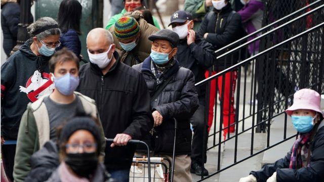 Personas esperando donaciones de comida en Nueva York.