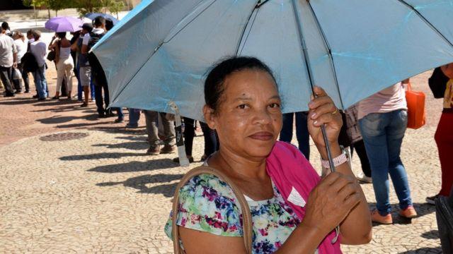 Carmélia Maria dos Santos, de 60 anos, na fila do Mutirão do Emprego