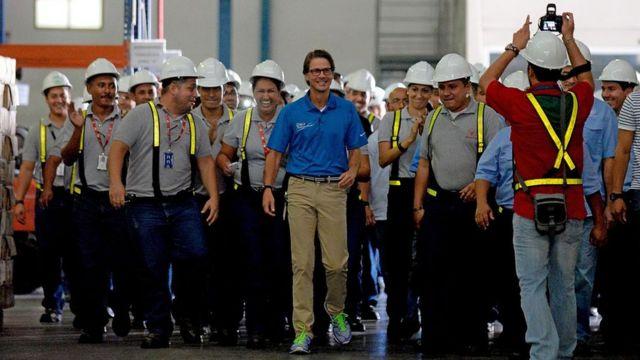 Lorenzo Mendoza junto a un grupo de trabajadores de Polar.