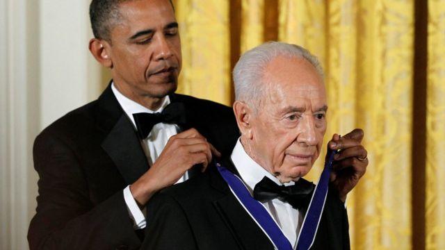 जून 2013 में इसराइली राष्ट्रपति शिमोन पेरेज़ को प्रेशिडेंशियल मेडल ऑफ फ्रीडम से सम्मानित करते अमरीकी राष्ट्रपति बराक ओबामा.