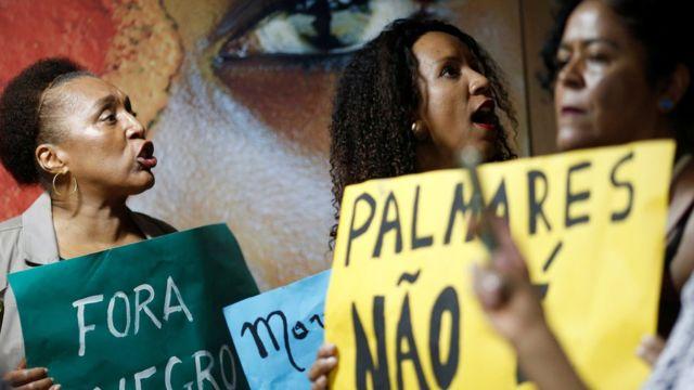 Manifestantes protestam contra declarações que minimizam o racismo no Brasil feitas pelo novo presidente da Fundação Palmares