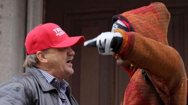 Un simpatizante de Trump y un manifestante discuten.