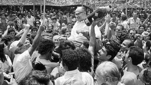 इसराइल में भीड़ के साथ ख़ुशियां मनाते विपक्ष के नेता बेगिन मेनाचिम