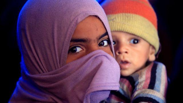 دختری که از روستای حمامالعلیل در جنوب موصل به اردوگاه پناهجویان گریخته است