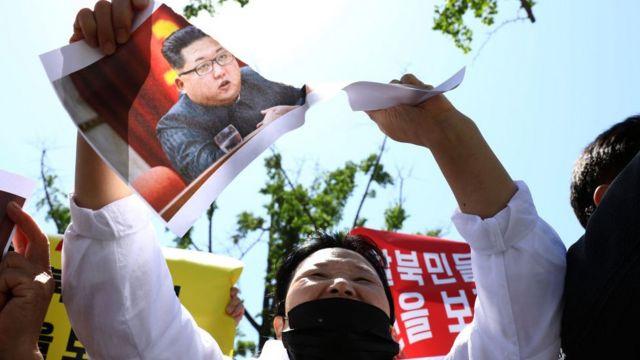 Một người đào tẩu Bắc Hàn xé tấm hình Kim Jong-un trong một buổi diễu hành tại Seoul