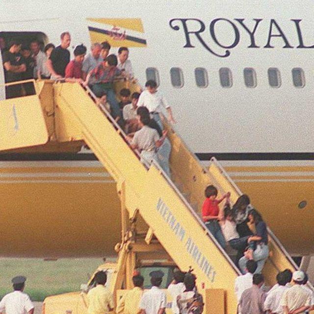 Không phải lần đầu tiên bị ép trở về: Một người phụ nữ bị kéo đi trong khi những người khác thì ngồi lỳ trên thang nối máy bay từ chối rời đi. Đây là nhóm 100 người Việt bị trục xuất khỏi Hongkong sau khi Anh Quốc và Việt Nam ký thỏa thuận năm 1995.