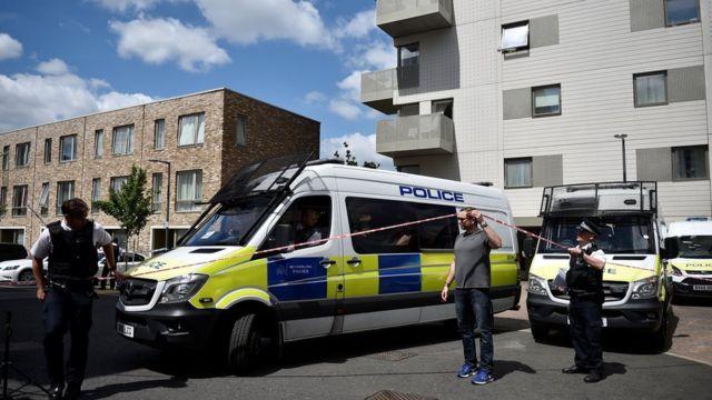 Polisi yitwaje intwaro iri gusaka amazu ahitwa Barking mu burasirazuba bwa London