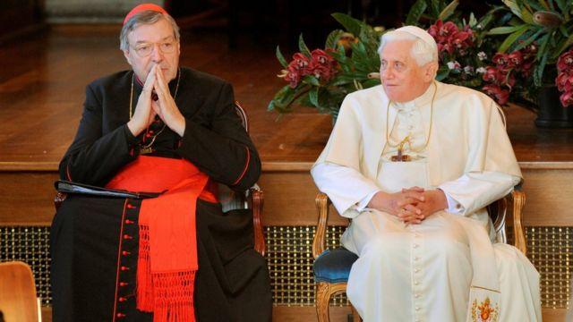 2008年7月,時任教宗本篤十六世(右)與澳大利亞紅衣主教喬治·佩爾參加世界青年日。