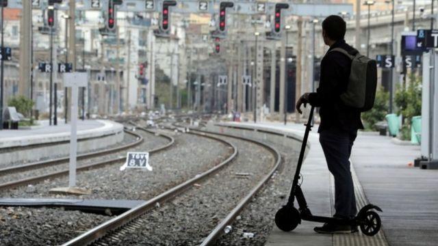 пассажир на перроне в Ницце