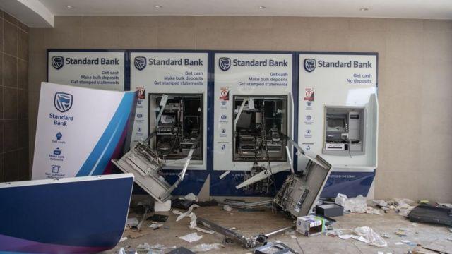 Güney Afrika'nın birçok kentinde bankamatikler tahrip edildi.