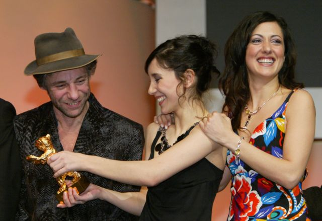 2004 yılında Berlin Film Festivali'nde Sibel Kekilli ve Meltem Cumbul ile birlikte.
