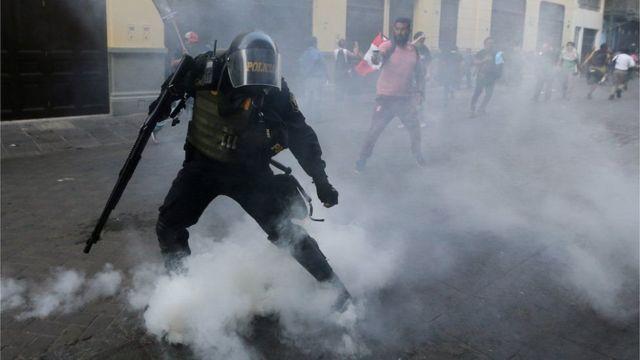 بيرو: تجدد الاشتباكات بين قوات الأمن ومتظاهرين بعد العفو عن الرئيس السابق