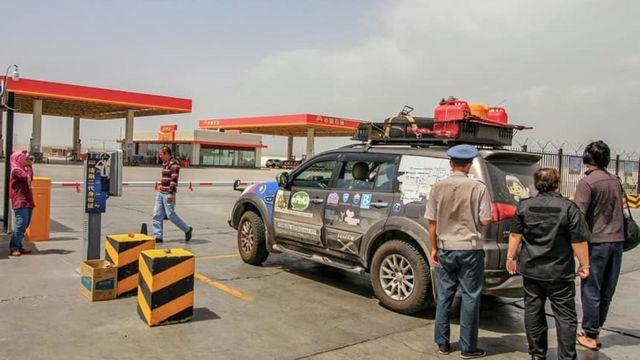 Beli bensin di Xinjiang perlu kartu identitas penduduk, kata warga Malaysia yang melewati China.