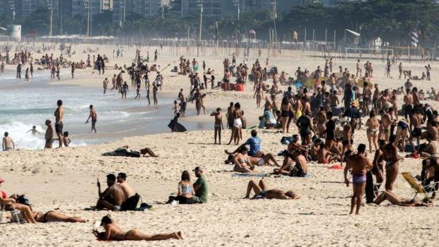 Pessoas na praia no Rio de Janeiro