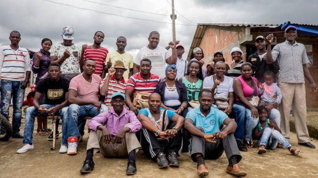 Francia Márquez, en el centro con turbante, con miembros de su comunidad de La Toma