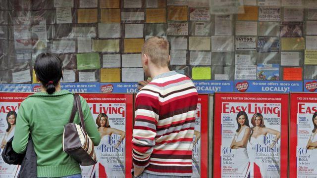 Trabalhadores poloneses buscam ofertas de emprego em Londres