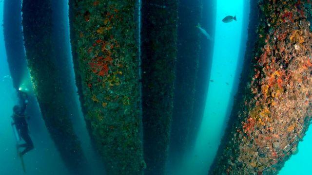 Основная часть буровой платформы - под водой, что затрудняет разбор конструкции