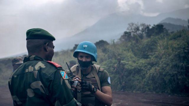 Un general de la RD Congo habla con un efectivo de la ONU.