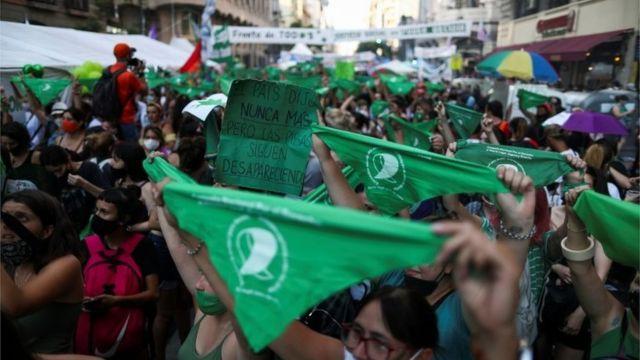 Los defensores de la legalización del aborto sostienen pancartas mientras el Senado debate el proyecto de ley sobre el aborto frente al Congreso Nacional en Buenos Aires, Argentina, 29 de diciembre de 2020