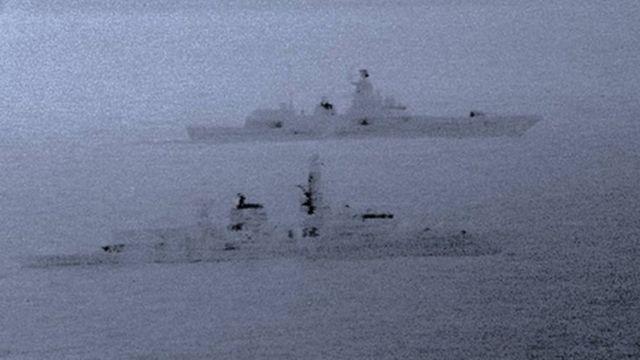 Dooniin waraanaa 'HMS St Albans' (kan dhiyootti mul'atu) doonii waraanaa Raashiyaa 'Admiral Gorshkov' yeroo hordofu Muddee 25, 2017